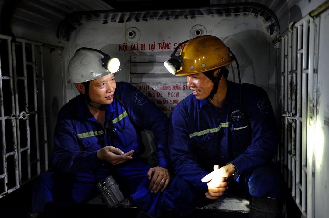 Xe soongloan chở công nhân đến vị trí sản xuất dưới hầm lò
