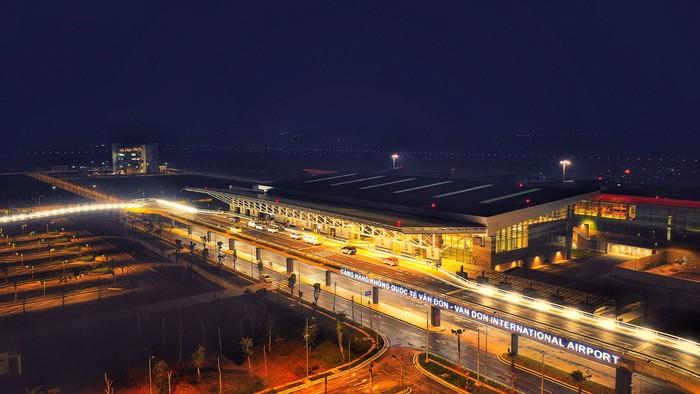 Toàn cảnh sân bay Vân Đồn giữa trùng điệp núi rừng Quảng Ninh