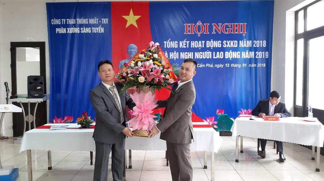 Đại diện Công đoàn Phân xưởng Sàng tuyển tặng hoa chúc mừng Hội nghị