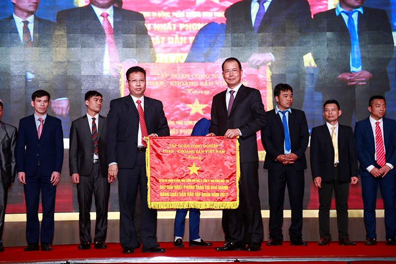 Đồng chí Đặng Thanh Hải - Tổng Giám đốc TKV tặng cờ thi đua xuất sắc cho Phân xưởng Khai thác 11- Công ty Than Thống Nhất – TKV đơn vị dẫn đầu trong phong trào thi đua giành năng suất kỷ lục của Tập đoàn năm 2017.