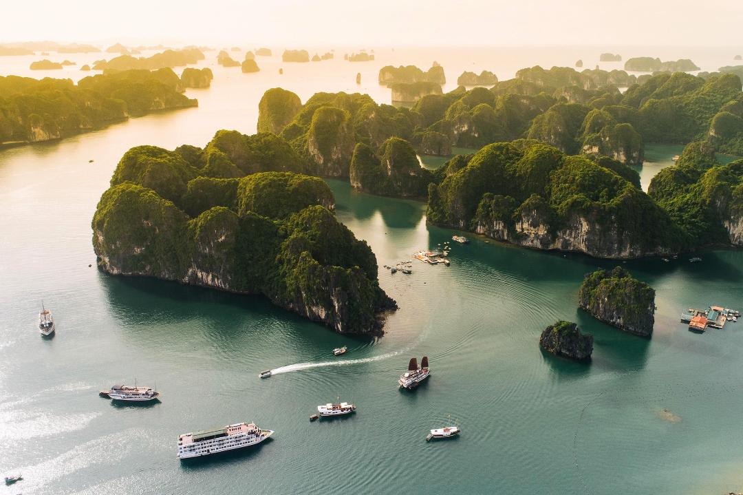 Vịnh Hạ Long - một trong những điểm đến hấp dẫn nhất Việt Nam.