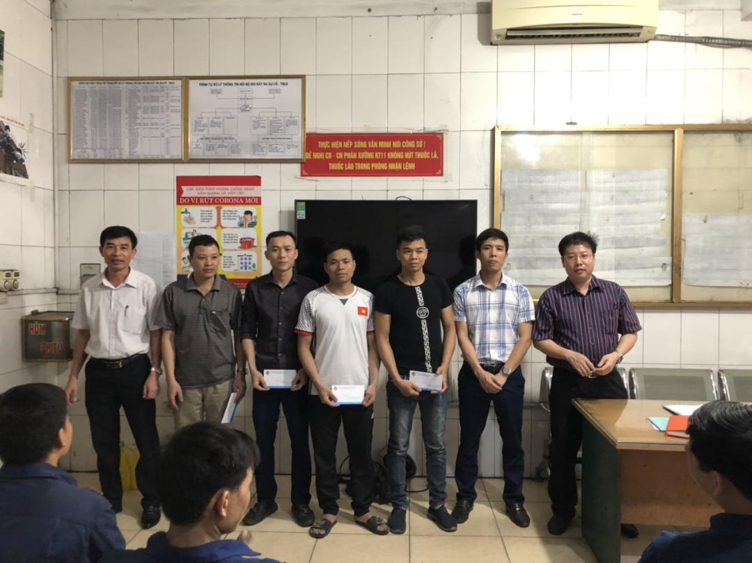 Đ/c Nguyễn Hữu Nhất – Phó Giám đốc và đ/c  Hoàng Văn Thọ - Trưởng Phòng CV đại diện lãnh đạo Công ty trao thưởng cho công nhân, cán bộ xuất sắc.