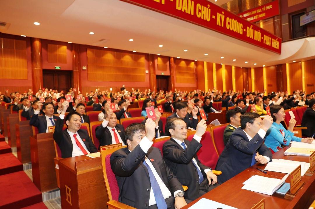Các đại biểu thực hiện quy trình, thủ tục bầu BCH Đảng bộ tỉnh khóa XV, nhiệm kỳ 2020-2025.