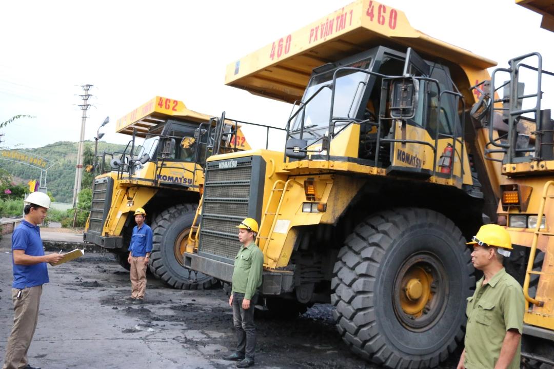 Phân xưởng Vận tải 1, Công ty CP Than Cọc Sáu tập trung nhân lực, máy móc, hoàn thành khối lượng vận chuyển đất đá và than.