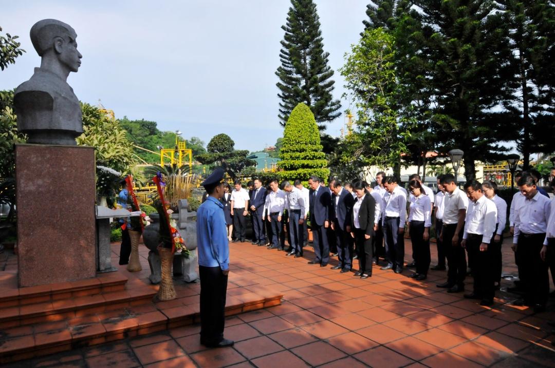 Đoàn đại biểu Tập đoàn và cán bộ, công nhân Công ty Tuyển than Cửa Ông dâng hương tại Đài tưởng niệm liệt sỹ Ngô Huy Tăng