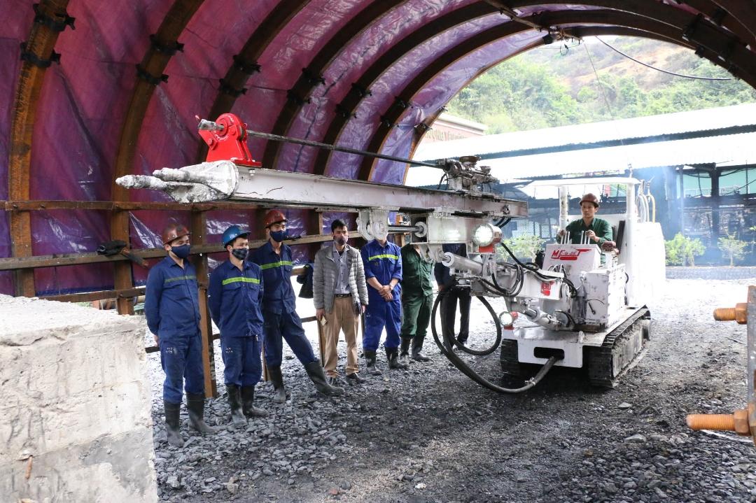 Công nhân Công ty Than Nam Mẫu vận hành thử vận hành thử xe khoan ME-01-DE trước khi áp dụng vào sản xuất.