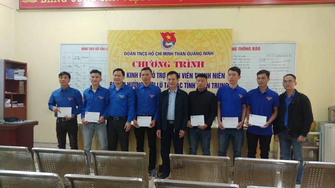 Bí thư Đoàn Than Vũ Hồng Hậu trao hỗ trợ cho ĐVTN Công ty than Mông Dương