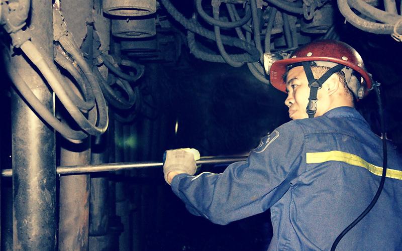 Thợ lò Lê Văn Biên trong giờ lao động sản xuất tại hầm lò.
