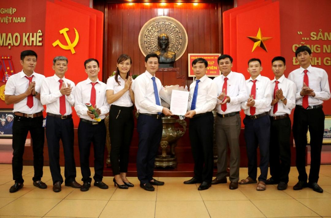 Đảng ủy Công ty Than Mạo Khê - TKV tổ chức lễ kết nạp đảng viên mới đợt 2/9/2020.